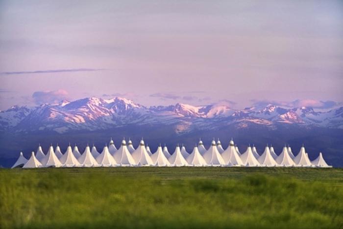 Выглядит как лагерь индейцев, аэропорт Денвера.