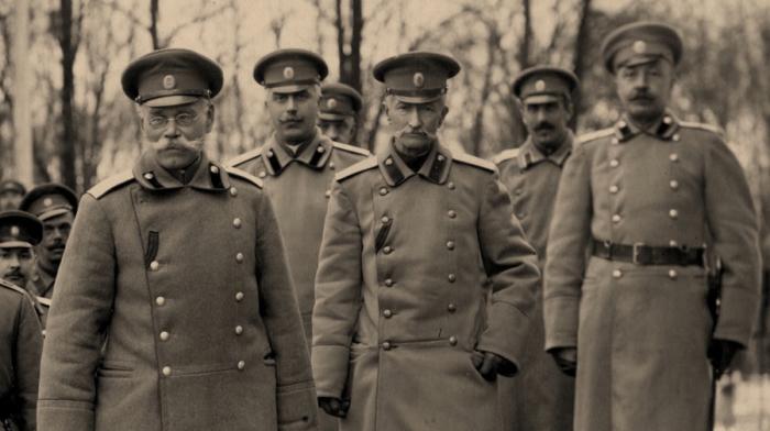 Генерал Брусилов в центре, уже в советской форме. В РККА аксельбант был упразднен. /Фото: russia.tv.