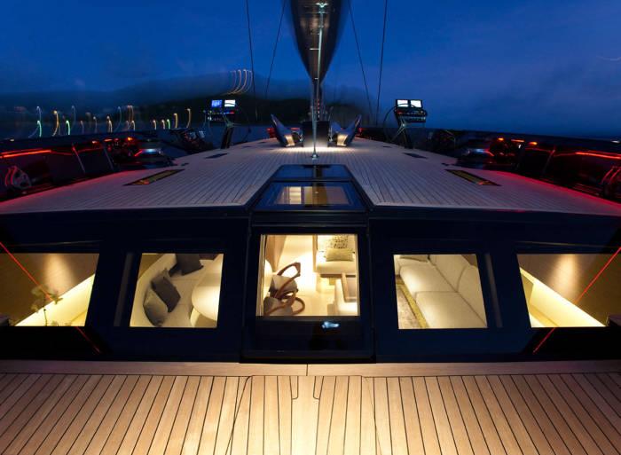 Вечерние огни роскошной яхты.