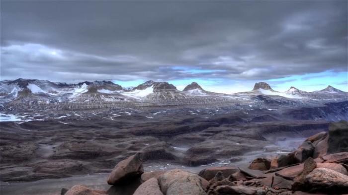 Здесь есть почти марсианские пустыни.