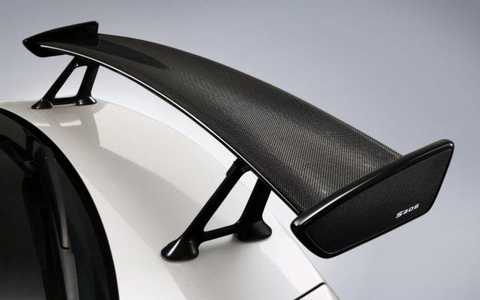 Антикрыло стоит над крышкой багажника и прижимает авто. /Фото: rulikolesa.ru.