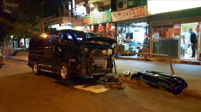 Автосалон на дороге - автомобильная традиция Гонконга.