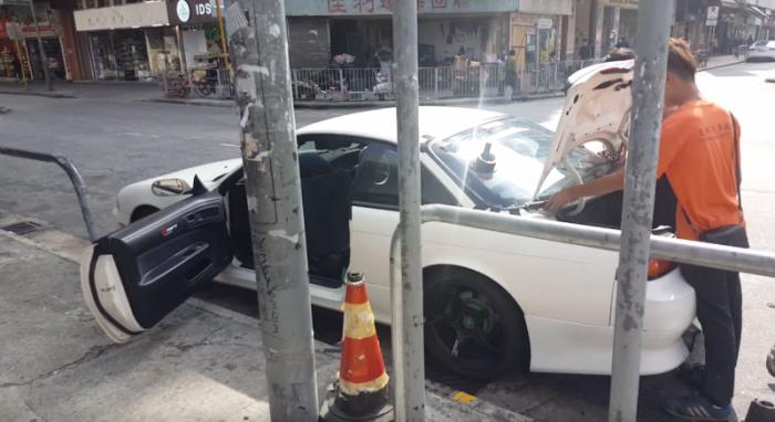 Бизнес по-гонконгски: автосалон на тротуаре.