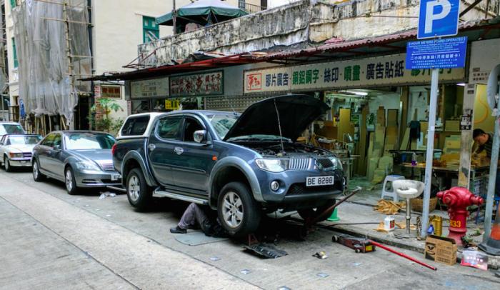 Уличный авторемент - традиция Гонконга.