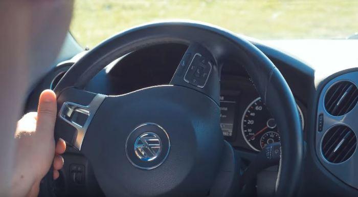 Просто выверните руль. /Фото: youtube.com.
