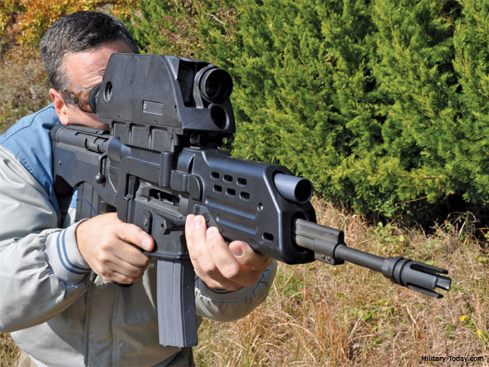 И винтовка и гранатомет. /Фото: zona-militar.com.