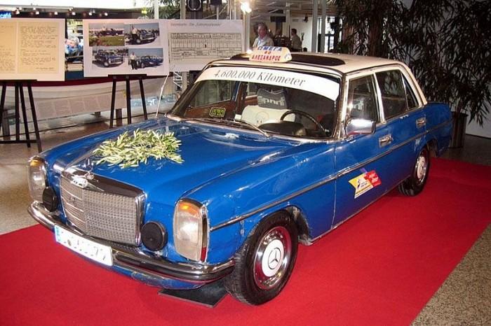 Очень старый  Mercedes-Benz 240 D.