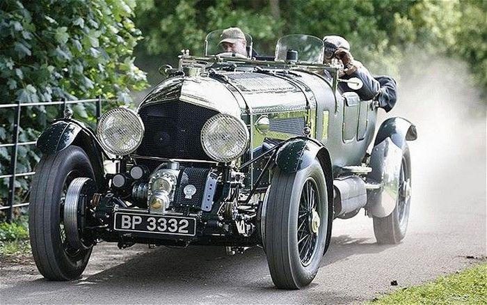 Классический Bentley на дороге.