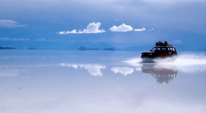 Огромное озеро с кристальной поверхностью.
