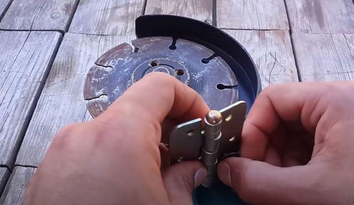 Ставим петлю на щиток. /Фото: youtube.com.