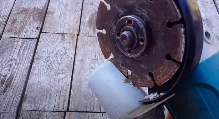 Делаем паз в колене. /Фото: youtube.com.
