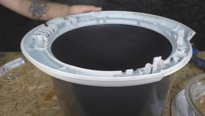 Обрезаем ведро и разбираем крышку люка стиральной машины. /Фото: youtube.com.