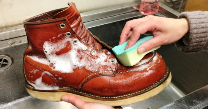 Сначала ботинки нужно помыть. /Фото: moskvichmag.ru.
