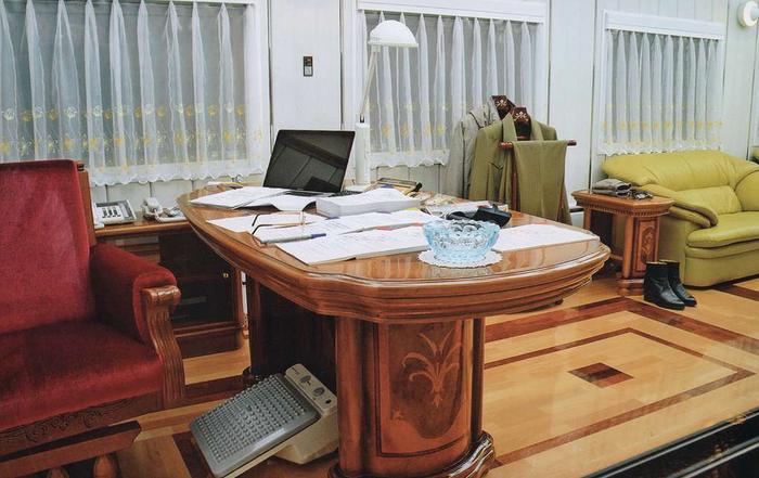 Внутри есть даже кабинет для работы. /Фото: pikabu.ru.