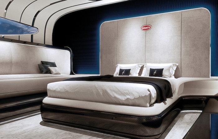 И роскошная кровать.