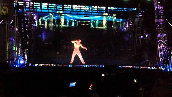 Шакур выступал на сцене спустя десятилетие после смерти.