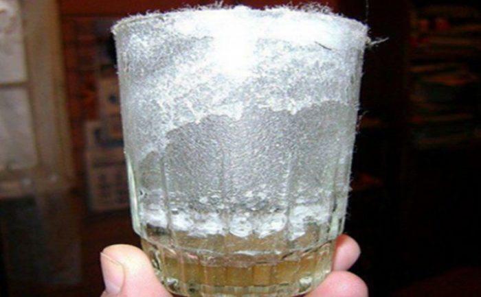 Делаем раствор соли и уксуса - это кислота.