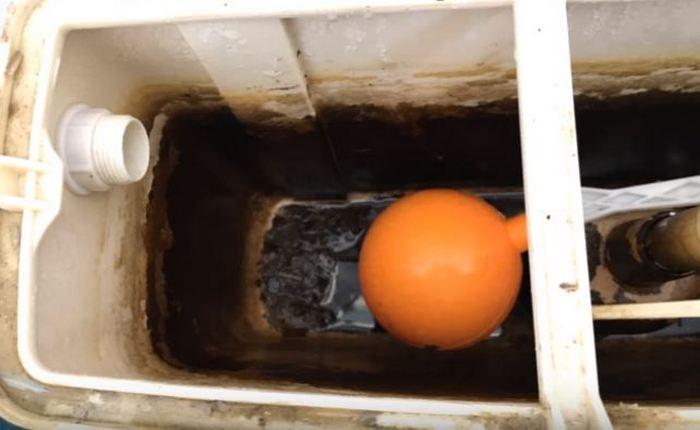 Сливаем и отключаем воду. /Фото: youtune.com.