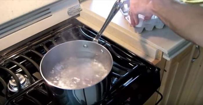 Кипятим воду. /Фото: youtube.com.