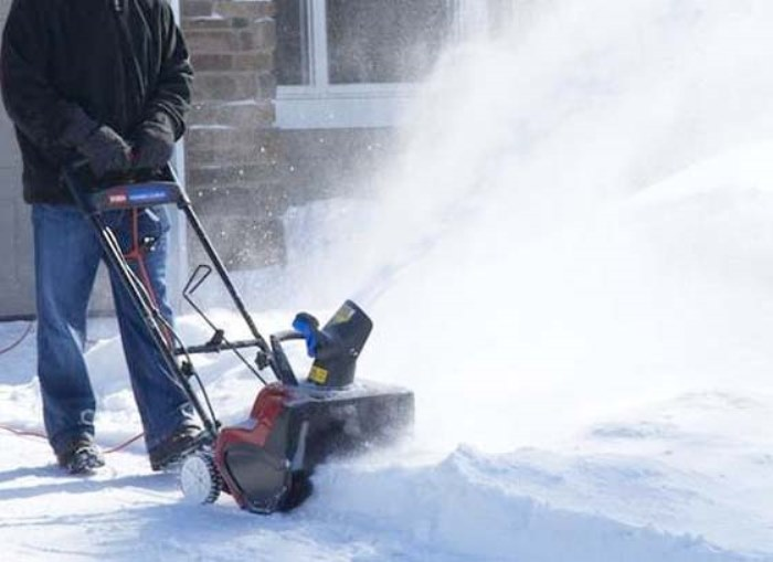 Самое время автоматизировать уборку при помощи снегоочистительной машины.