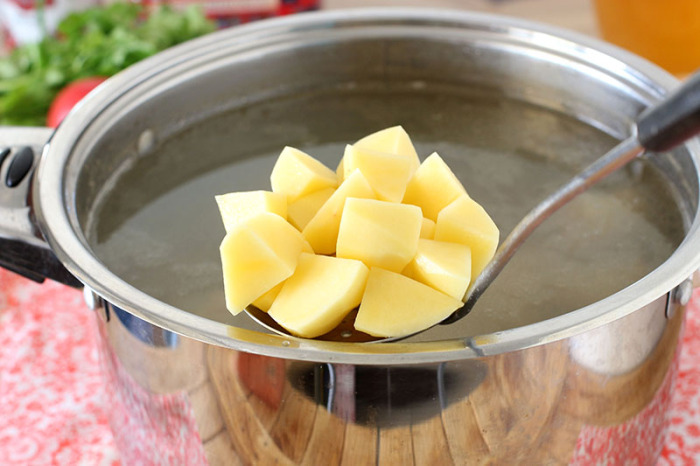 Картофельная вода не должна выливаться. /Фото: topcheff.ru.