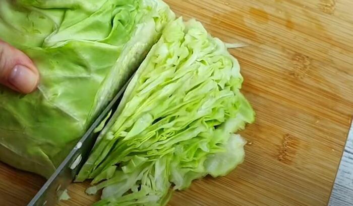 Готовим все ингредиенты и шинкуем капусту. /Фото: youtube.com.