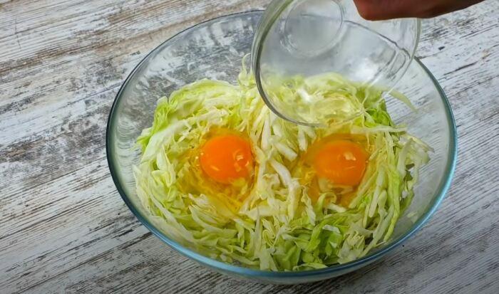 Добавляем яйца. /Фото: youtube.com.