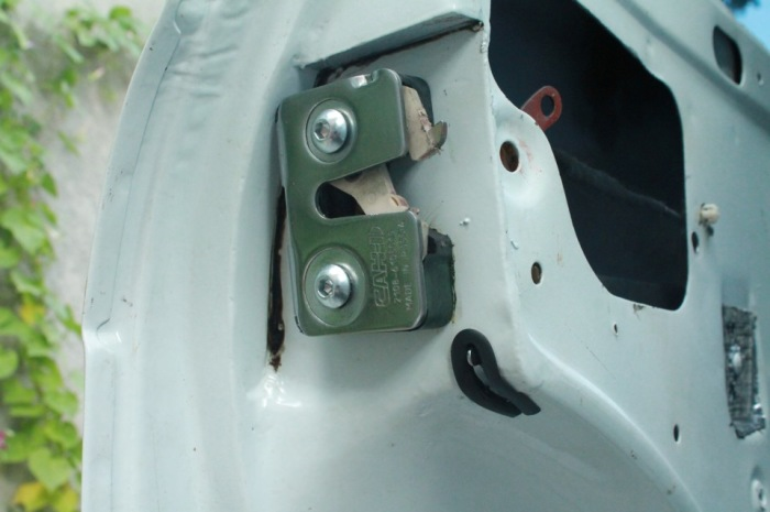 Кнопка блокирует заднюю дверь. /Фото: drive2.ru.