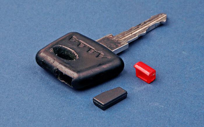 Загадочная красная вставка - это обучающий чип. /Фото: emaretik.com.