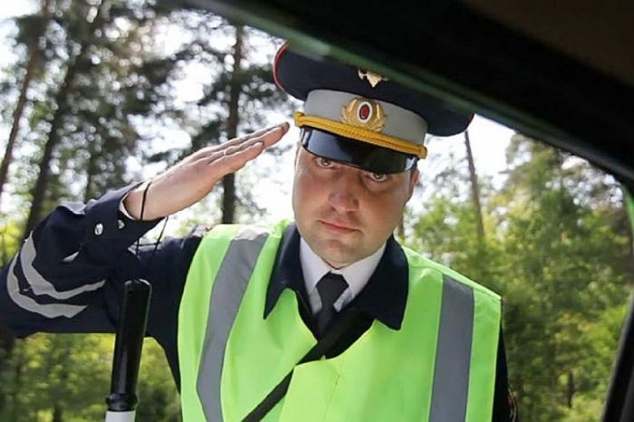 Инспектор просто прощупывает почву. /Фото: vazweb.ru.