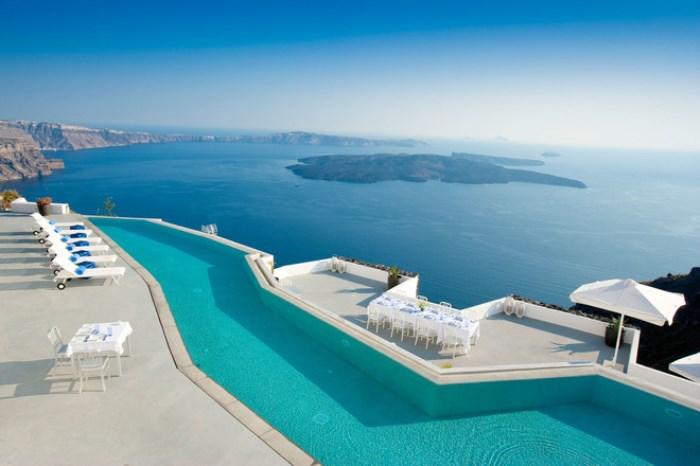 Дивный вид из бассейна отеля Grace Santorini.