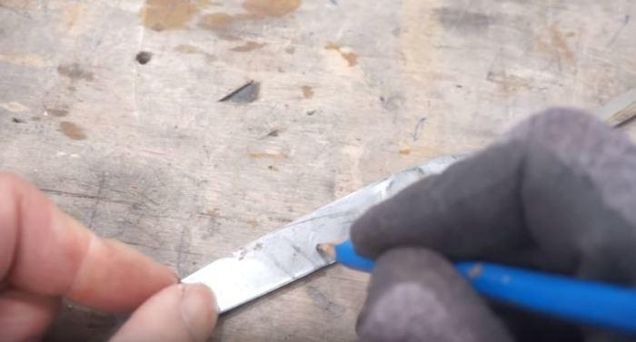 Выполняем обрезку лезвия. /Фото: youtube.com.