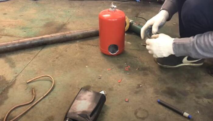 Делаем отверстия в огнетушителе. /Фото: youtube.com.