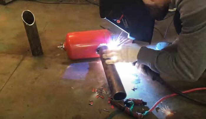 Привариваем трубки. /Фото: youtube.com.