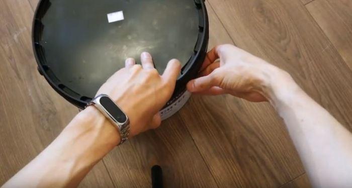Берем ведро на 15 литров от шпатлевки. /Фото: youtube.com.