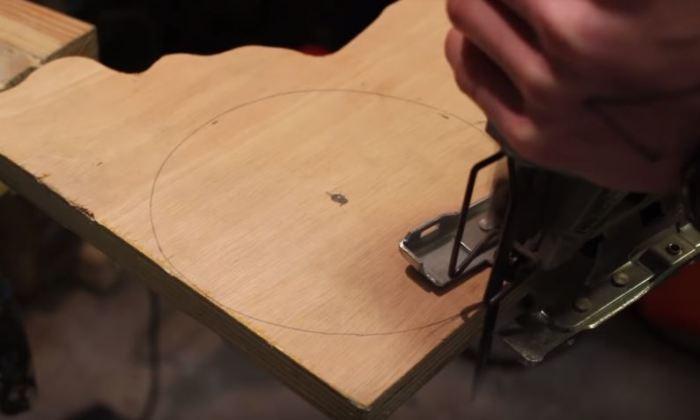 Вырезаем круг из фанеры. /Фото: yotube.com.