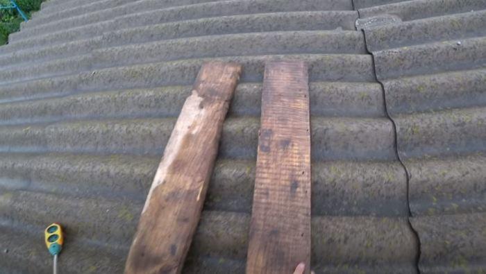 Для передвижения по шиферу используем доски. /Фото: youtube.com.