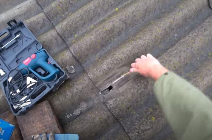 Зачищаем место повреждения. /Фото: youtube.com.