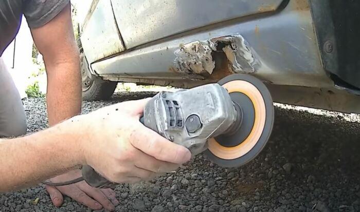 Выполняется зачистка поверхности. /Фото: youtube.com.