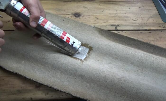 Используем герметик. /Фото: youtube.com.