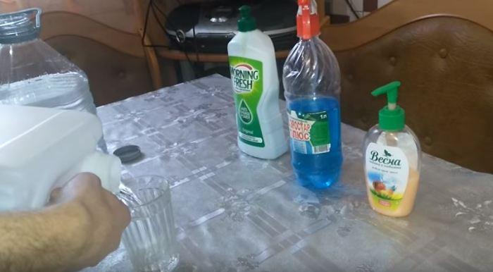 Отмеряем спирт. /Фото: youtube.com.