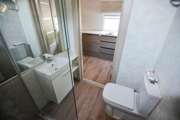Санузел общий, вот туалет.