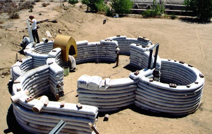 Строится из мешков с песком и укрепляется колючей проволокой.
