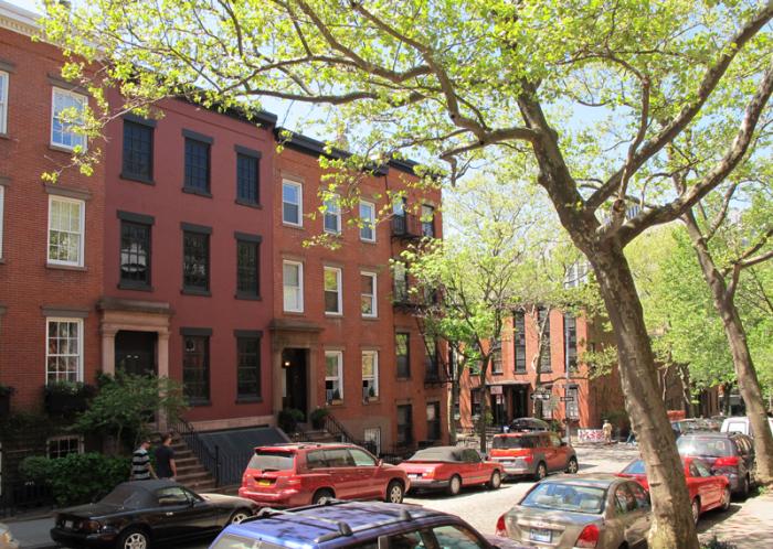 В Нью-Йорке. Фасад выделяется, но не бросается в глаза на общем виде. /Фото: 6sqft.com.