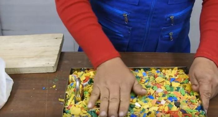 Засыпается нарезка крышек. /Фото: youtube.com.