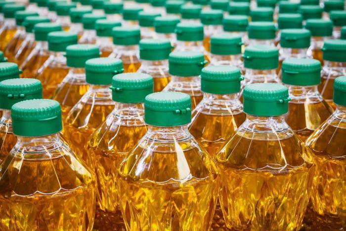 Бутылки подсолнечного масла с крышками. /Фото: aniq.uz.