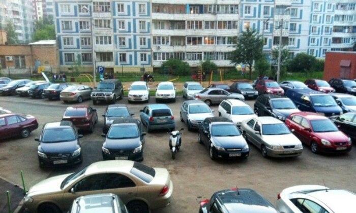 Выбирается двор с плотной парковкой. /Фото: urned.net.