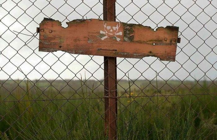 Место закрыто оградой.