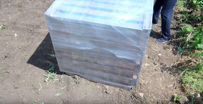 Обматываем пленкой в 5-6 слоев. /Фото: youtube.com.