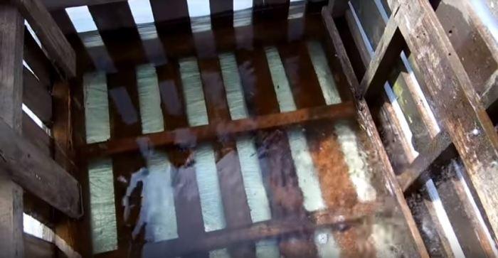 Переворачиваем и наполняем водой. /Фото: youtube.com.